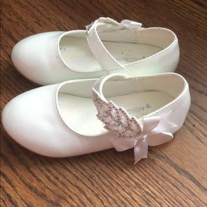 Flat white patent leather with Velcro sparkle bow